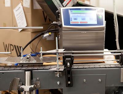 Ein Linx 8900-Drucker von Bluhm Systeme kennzeichnet die Spraydosen.