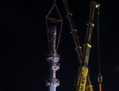 Mit der Destillationskolonne erhält die Hydrieranlage nun das höchste und eines der wesentlichen Bauteile