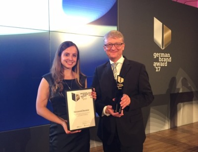 Giulia Bachmann und Jürgen Funk von der Verbandskommunikation von Hessen Chemie nehmen die Auszeichnung in Empfang