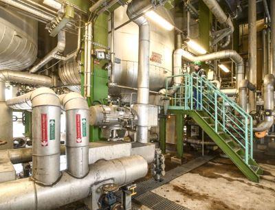 Die Armaturen der chemischen Anlagen, im Bild ein Rohester-Reaktor