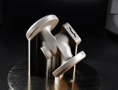 Bei der laserbasierten Pulverbettfusion werden die Bauteile Schicht für Schicht aus feinstem Metallpulver aufgebaut