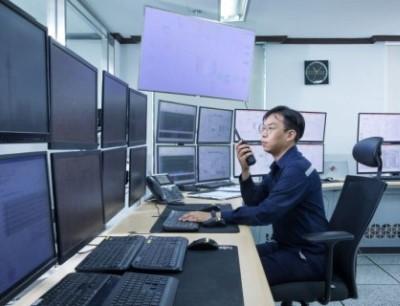 Ein technischer Mitarbeiter überwacht die Produktion in der Messwarte