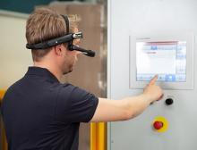 Dem Servicetechniker werden über die BEUMER Smart Glasses alle wichtigen Informationen in das Livebild der Gerätekamera eingeblendet.