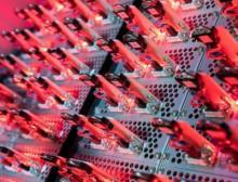 In der zentralen Konzernforschung von Wacker werden bei konstanter Temperatur Lithium-Ionen-Batterien auf ihre Stabilität geprüft