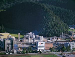 Die EMS-Gruppe ist in den Geschäftsbereichen Hochleistungspolymere und Spezialchemikalien weltweit tätig