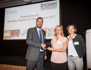 Michel Baumgartner (Secretary General, EUROPUR) überreicht den Award an Cinzia Taratrini und Marie-Laure Bertet (BASF)