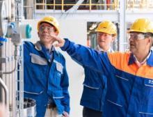 Besichtigung der Testanlage für CO2-freies Verfahren zur Wasserstoffproduktion