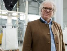 """Der wiederverwendbare """"Superschwamm"""" des deutschen Chemikers Günter Hufschmid stellt eine signifikante technische Verbesserung in der Handhabung von Öl- und Chemikalienbindemitteln dar"""