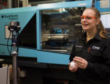 Johanna Skeretsch, Auszubildende zur Chemielaborantin, stellt ihren Beruf vor der 360 Grad-Kamera vor