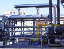 Blick vom äußeren Treppenaufgang des neuen GuD-Kraftwerks in Richtung des ISW-Verwaltungsgebäudes im Industriepark Wiesbaden
