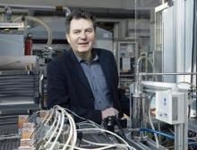 Leibniz-Preisträger Matthias Wessling vor einem Versuchsstand der Aachener Verfahrenstechnik