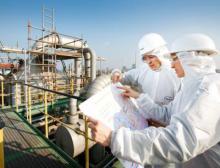 Tüv Nord Experten bei der Prüfung eines Chemieparks