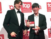 Preisverleihung (v.l.n.r.): Hans Rothweiler, Top Employers Institute, überreicht die Auszeichnung an Prof. Dr. Gunther Olesch, Phoenix Contact