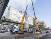 Einheben des Vormischbehälters in das Produktionsgebäude