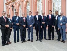 Vertreter des Vorstands des VCI Hessen und die Teilnehmer des industriepolitischen Podiums