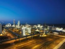 Am Standort Nünchritz produziert Wacker Silicone und Polysilicium. Von 2022 an wird der Chemiekonzern dort auch Hybridpolymere für Kleb- und Dichtstoffe herstellen