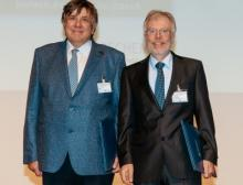 Wolfgang Arlt (l.) und Wolfgang Peukert werden mit den Processnet-Medaillen geehrt