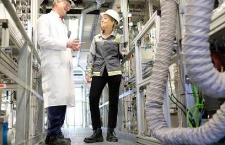 Evonik gelingt mit Entwicklung eines neuartigen Reaktors eine kleine Revolution